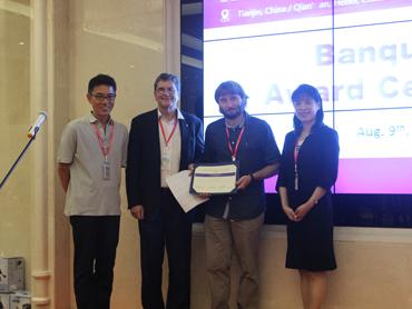 谷内光治部长(左一)为学生颁奖